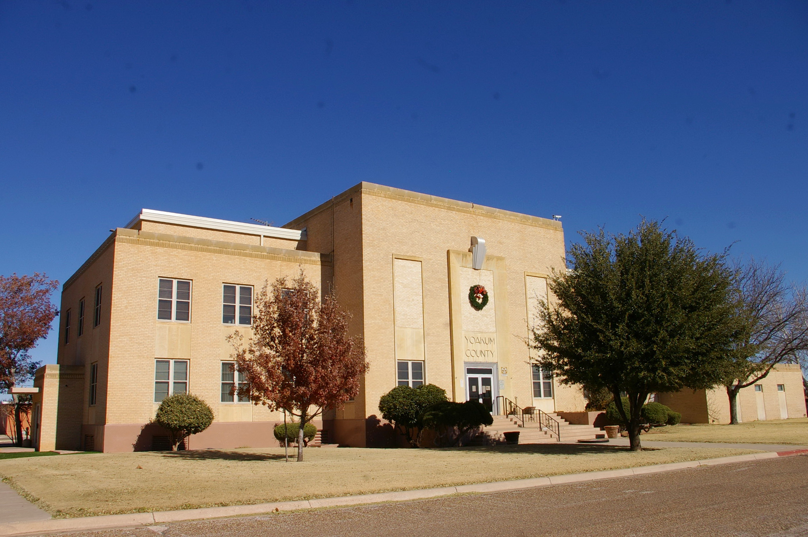 yoakum county Yoakum countyyoakum county is in western texas on the southern high plains, along the new mexico border the center of the county is at 32°10' north latitude and 102°50' west longitude.